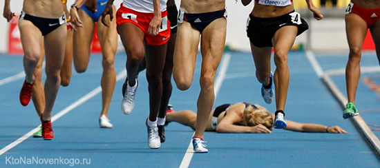 Спортсмен-аутсайдер упал не добежав до финиша