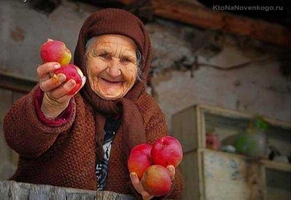 Бабушка с яблоками