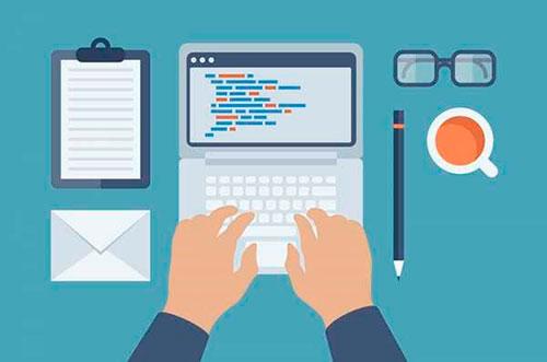 Человек редактирует код сайта на ноутбуке
