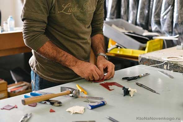 Человек работает руками