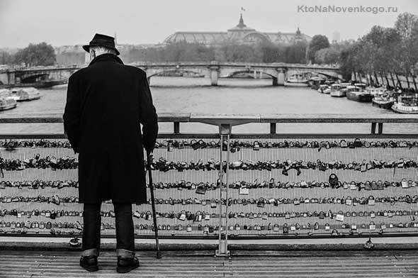 Дедушка на мосту