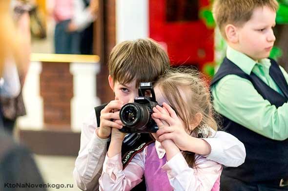 Дети фотографируют