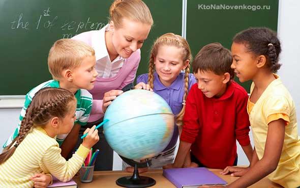 Дети изучают глобус