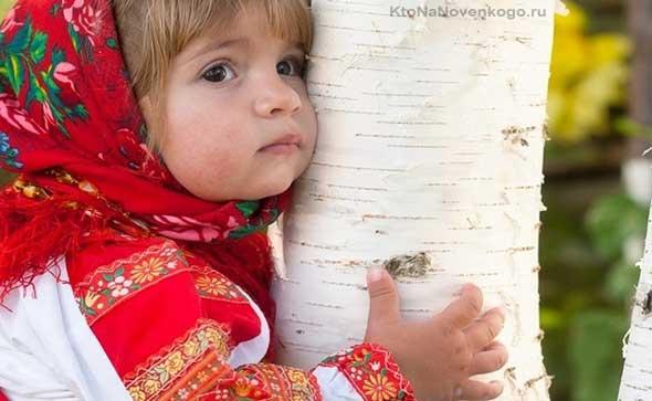 Девчушка с березкой