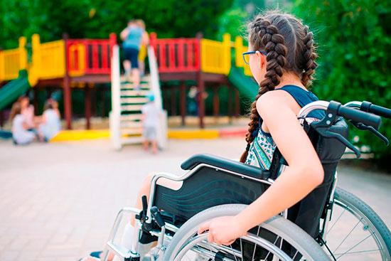 Инвалидное кресло и ученица в нем