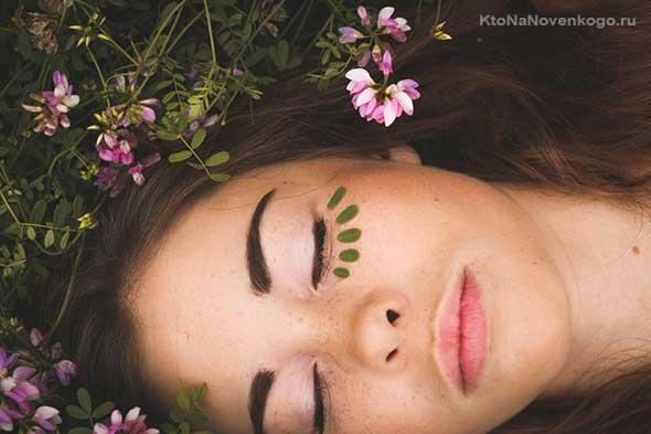 Девушка на траве