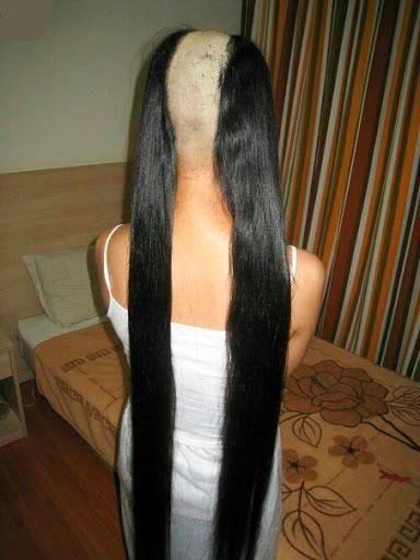 Волосы девушки выстрижены на затылке во время вписки