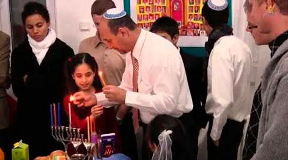 Семья евреев в синагоге