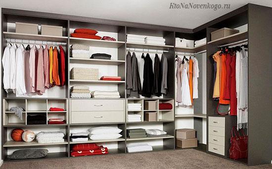Современный встроенный шкаф как пример эргономики хранения множества вещей