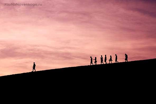 Люди спускаются с горы