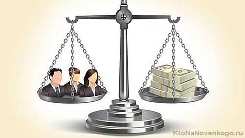 Весы с друзьями и деньгами на разных чашах