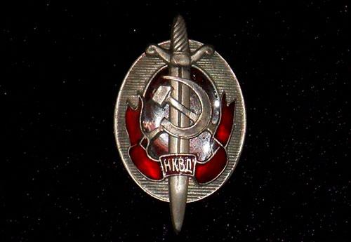 Значок НКВД на черном фоне