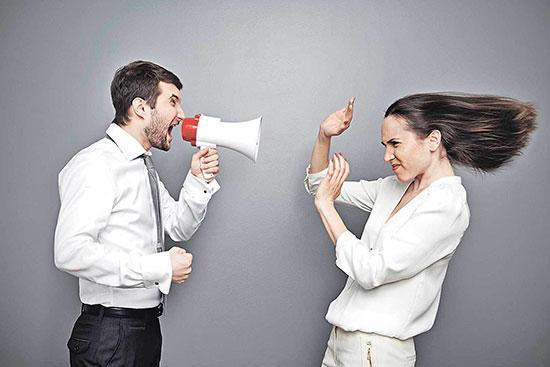 Мужчина критикует женщину через рупор