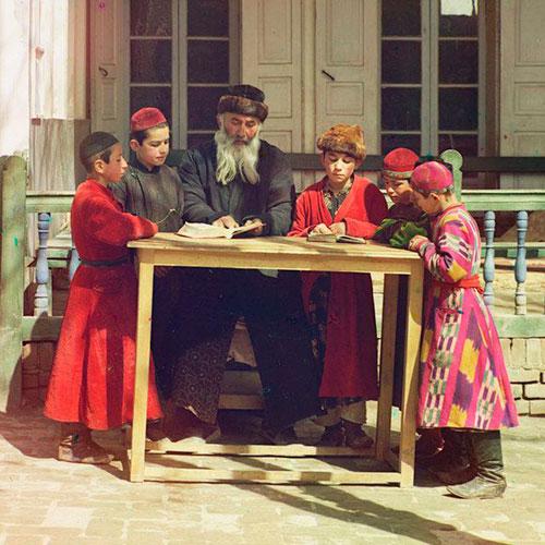 Учитель с учениками за столом