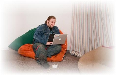 Сотрудник Яндекса сидит на подушках