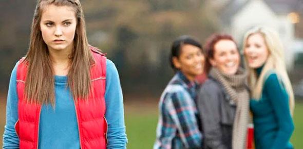 Девушки подвергают остракизму свою подругу