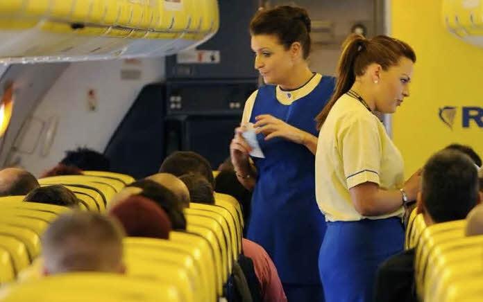 Персонал и пассажиры лоукоста