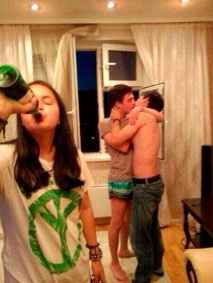 Парни целуются на вечеринке