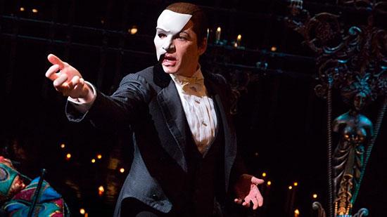 Половинчатая маска актера в мюзикле Волосы