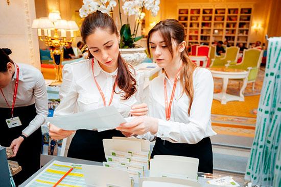 Девушки-организаторы мероприятия