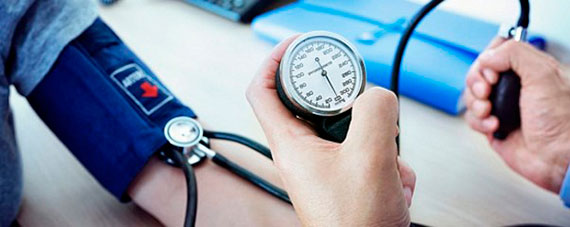Измерение врачом артериального давления у пациента