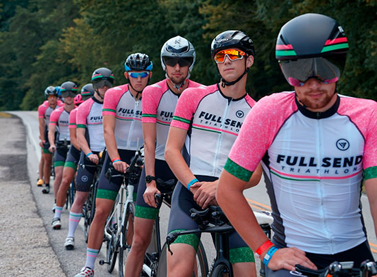 Велосипедисты с надписями Full send на майках