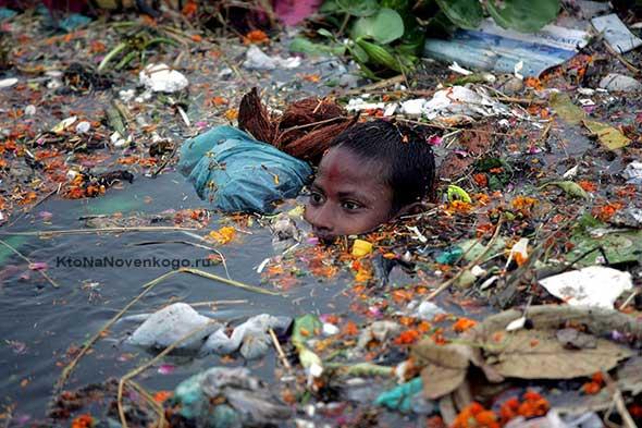 Ребенок в грязной воде