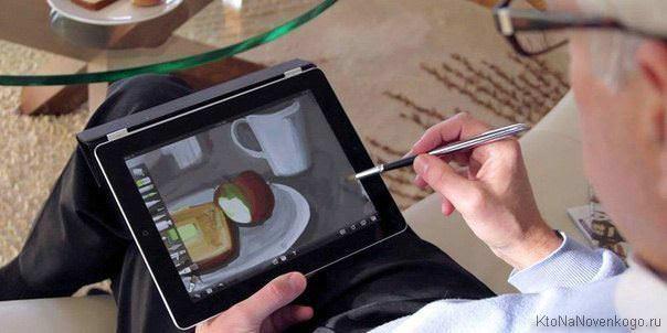 Человек рисует на планшете