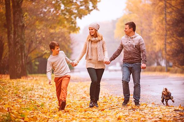 Семья на прогулке в осеннем лесу