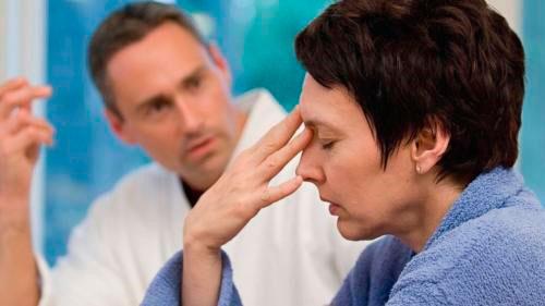 Головная боль у женщины на приеме у врача