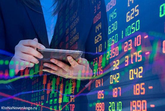 Человек производит расчеты глядя на показатели одной из секций фондовой биржи