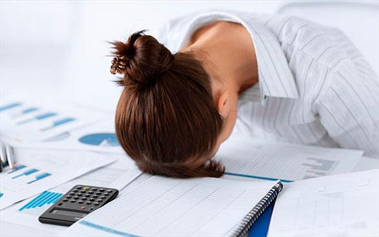 Женщина спит за рабочим столом