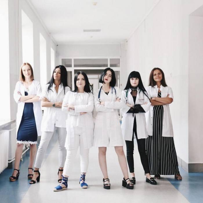Фото врачей больницы с Мариной Домасенко в центре