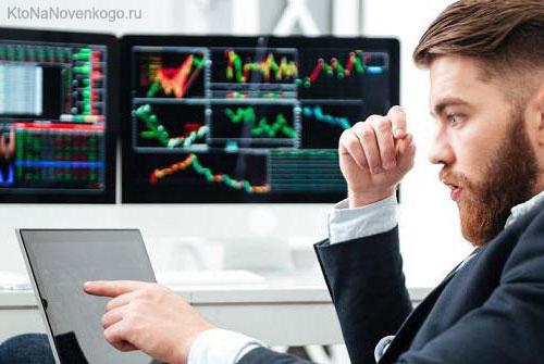 Трейдер следит за торгами на бирже