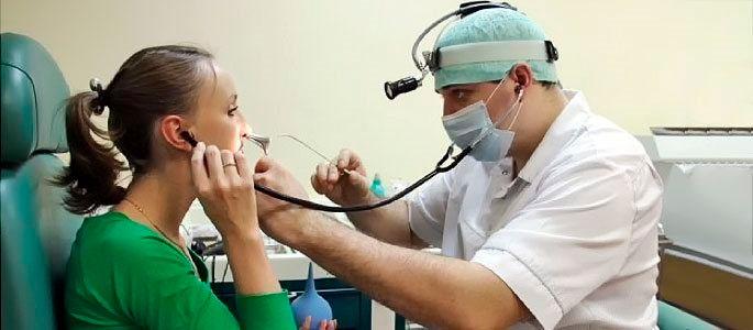 Врач проводит физиотерапевтические процедуры при заболеваниях уха