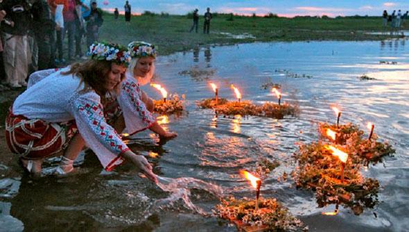 Венки на воде в канун языческого праздника