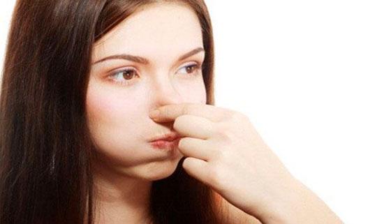Зажимаем нос, чтобы прошла заложенность уха