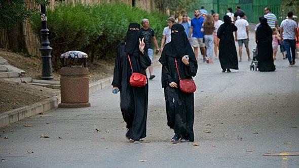Женщины в черных одеждах